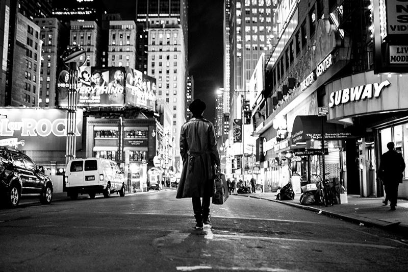 jan-ehret-lonly-man-walking-in-new-york-photo-oliver-rath-CU9A40441